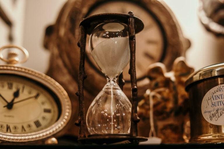 Clessidra e orologio / Foto: Jordan Benton / Pexels.com