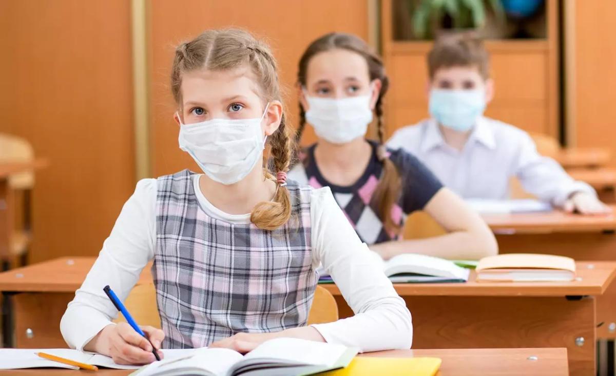 Allievi con mascherine in classe
