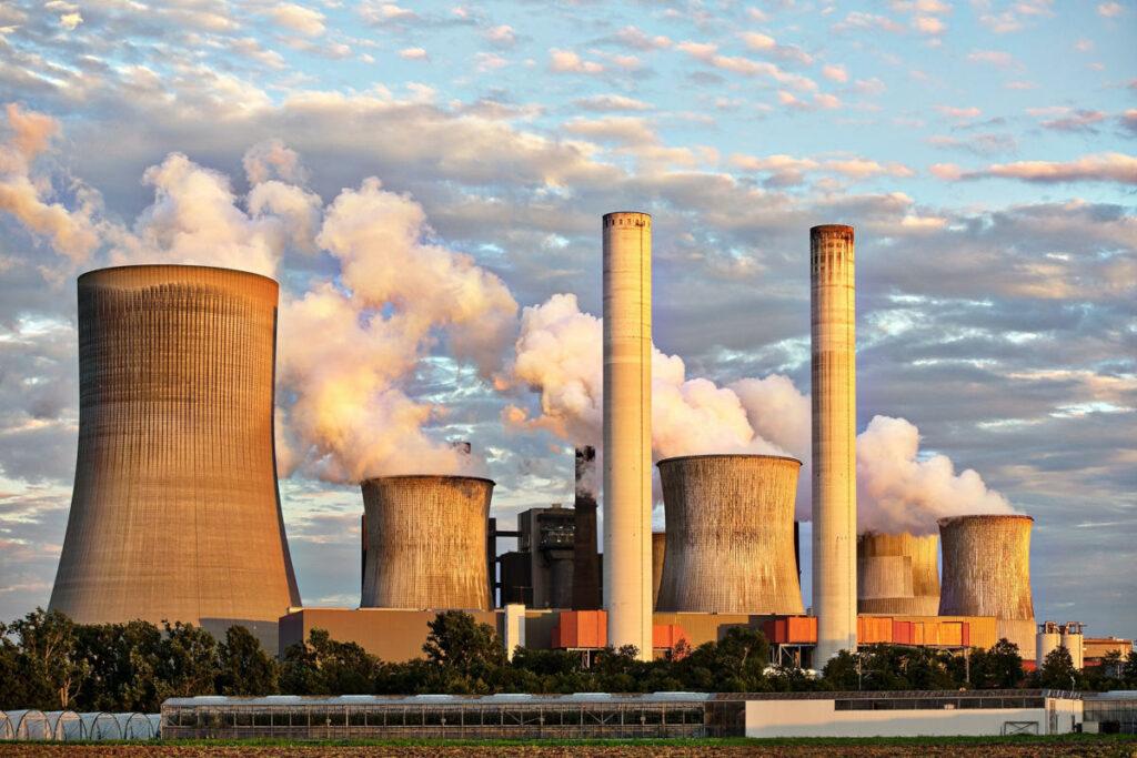 Centrale energetica con ciminiere