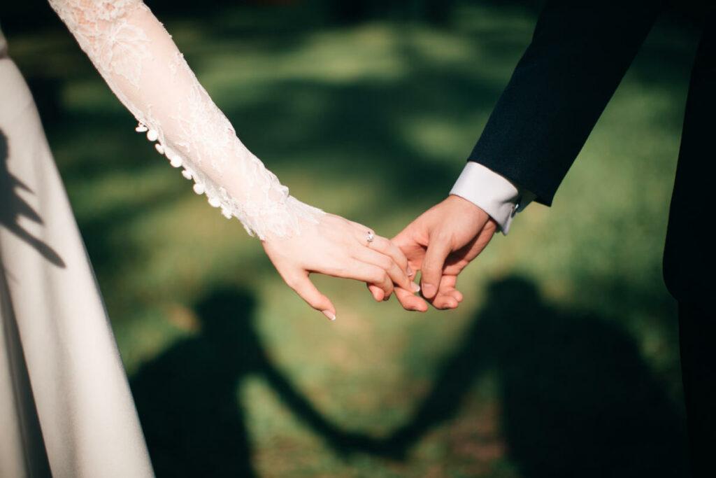 Coppia di sposi mano nella mano