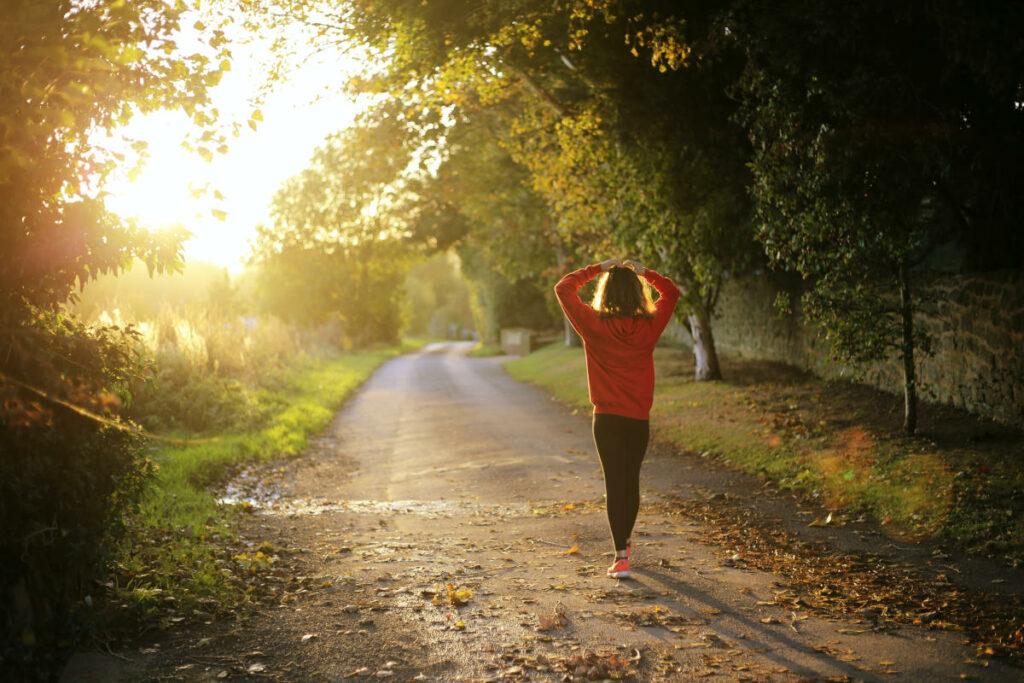 Donna sola su strada nel bosco