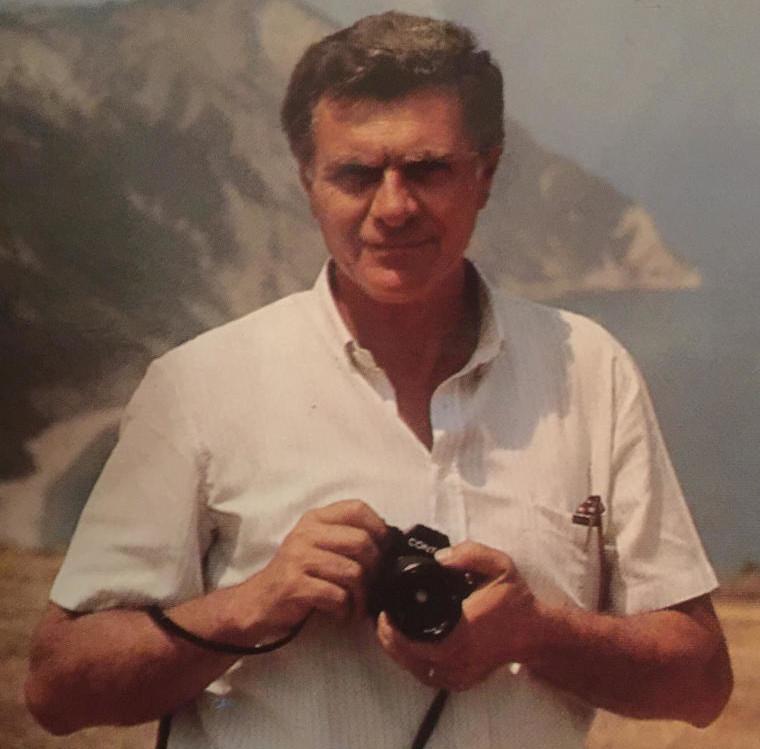 Pepi Merisio con l'immancabile macchina fotografica tra le mani. Qui siamo a inizio anni 80. Suoi gli scatti di questa sequenza che documenta la religiosità popolare nelle Valli Bavona e Blenio del Ticino.
