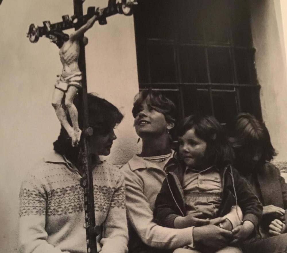 Pepi Merisio - Inizio di un servizio fotografico sulla processione del Gannariente, in Valle Bavona (Ticino - CH). Siamo nel 1982.