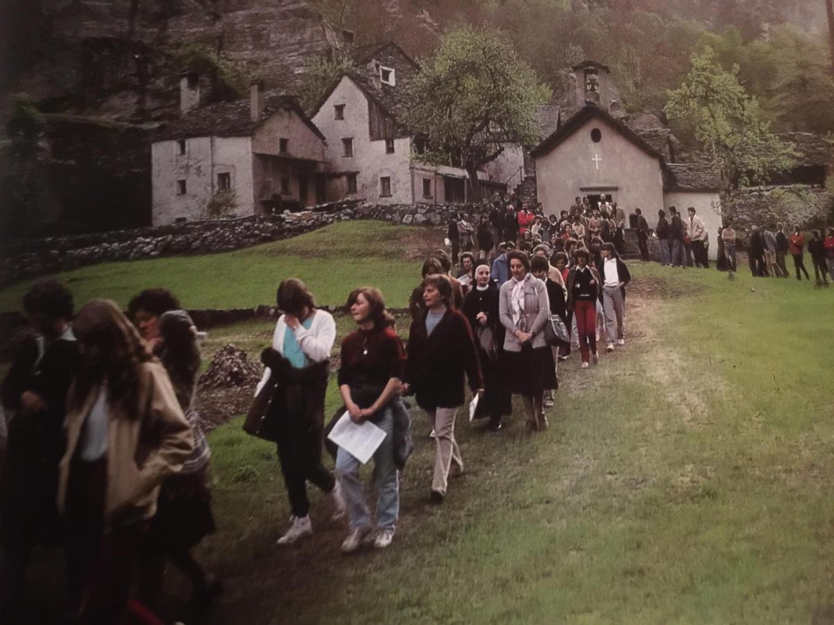 Pepi Merisio - Da un oratorio lungo il percorso che da Cavergno sale al Gannariente, si snoda la processione in mezzo alla natura che si risveglia.