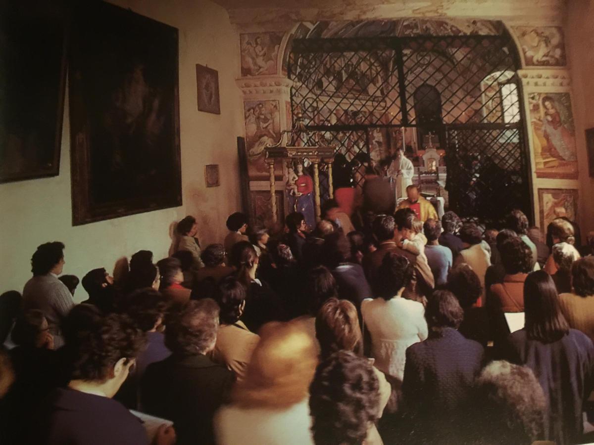 Pepi Merisio - I fedeli riuniti dentro l'oratorio di Gannariente pregano e invocano benedizioni sulla nuova annata. Ai tempi erano i contadini a chiedere la protezione celeste.
