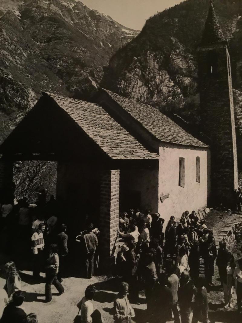 Pepi Merisio - L'oratorio di Gannariente, in mezzo a una corona di monti e fra aspre pareti rocciose. Al termine della Messa c'è l'incanto dei doni, sempre molto partecipato.