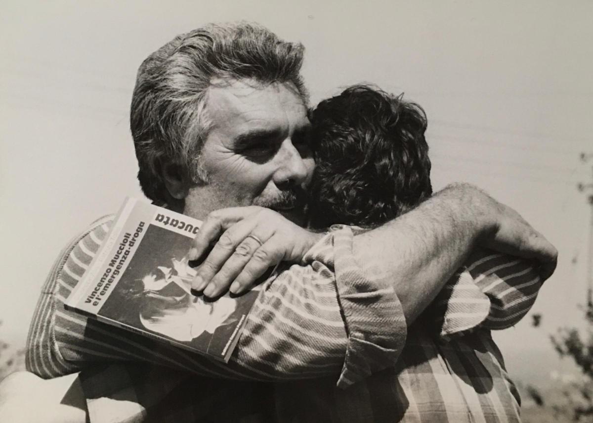 Vincenzo Muccioli - Abbraccio a un ragazzo di SanPa