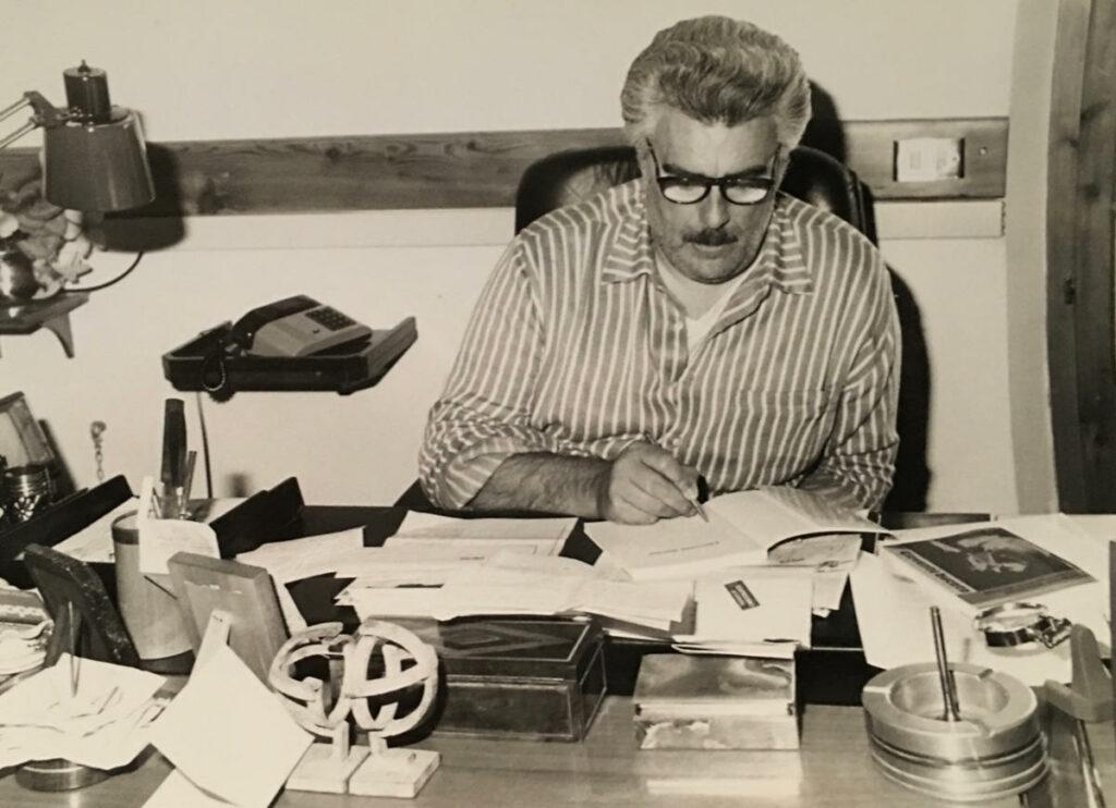 Vincenzo Muccioli alla scrivania nel suo ufficio
