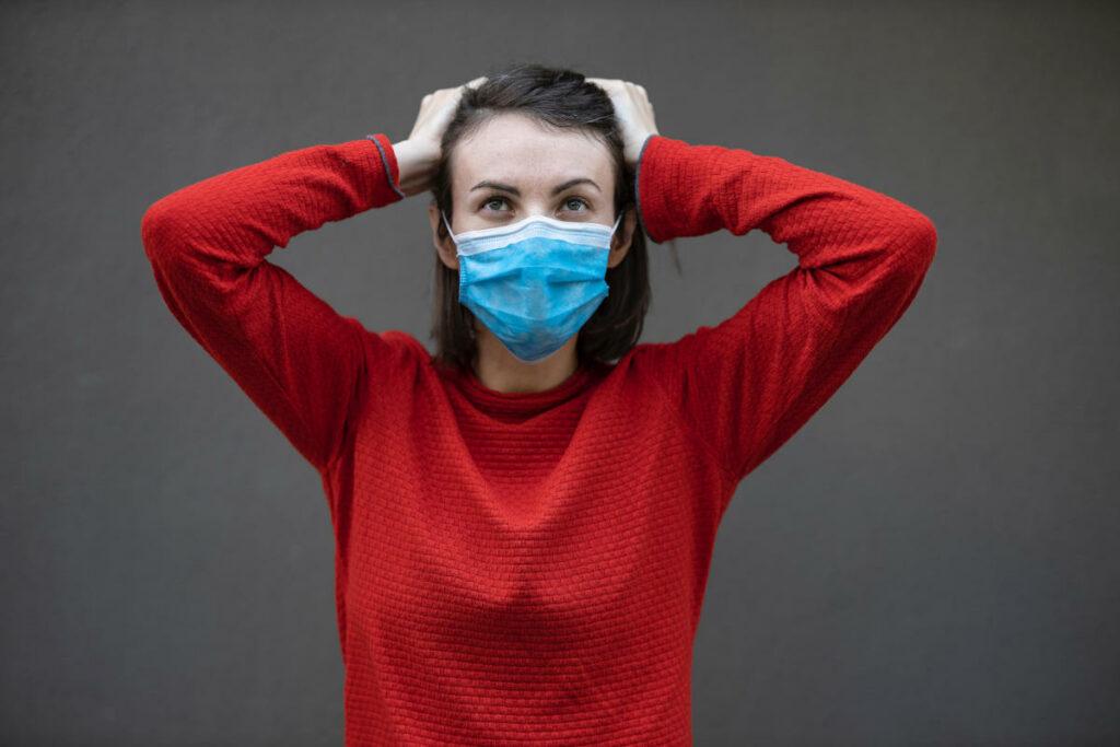 Donna perplessa con mascherina