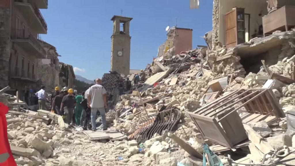 Il centro di Amatrice in macerie dopo il sisma del 24 agosto 2016