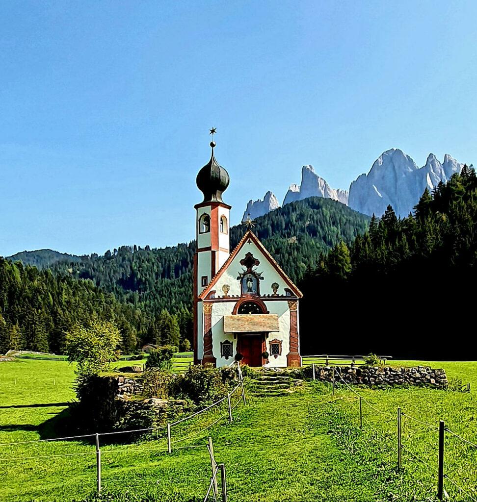 Chiesa alpina in primavera