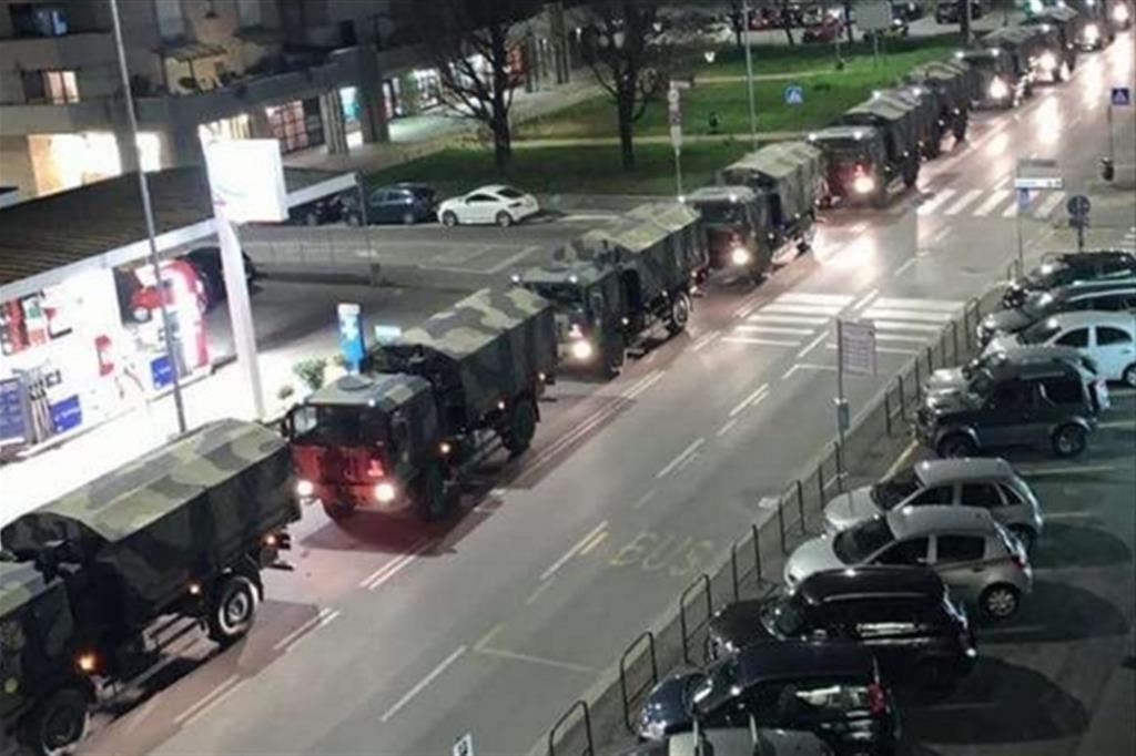 Colonna di camion militari a Bergamo nella primavera del 2020