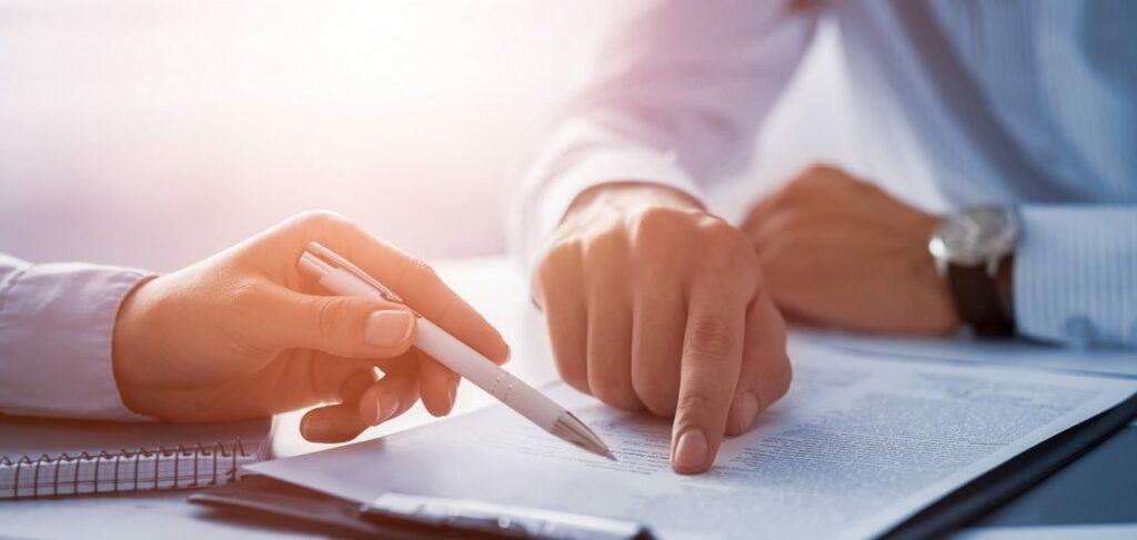 Persone che esaminano un contratto