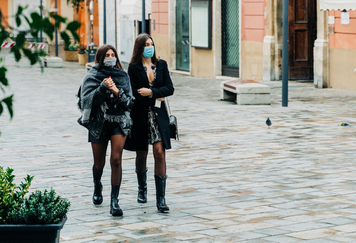 Due donne a spasso con la mascherina