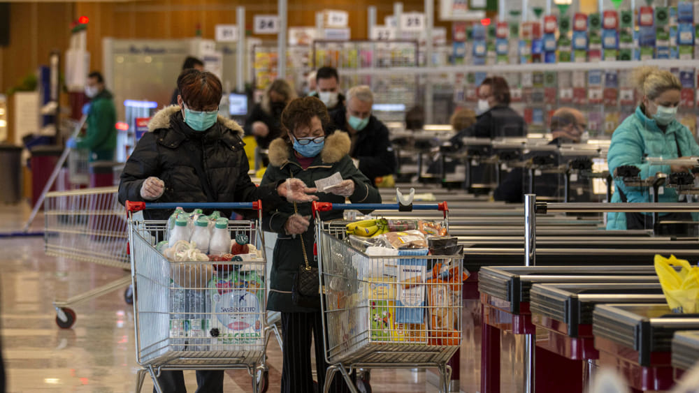 Due donne con mascherina che fanno la spesa