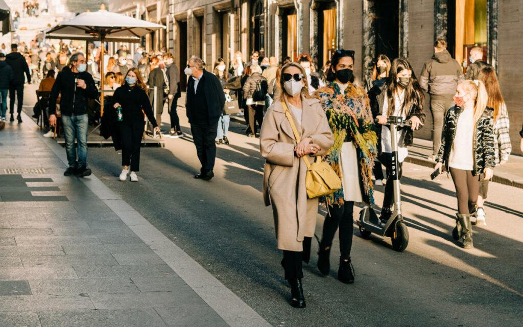 Gruppo di persone con mascherina