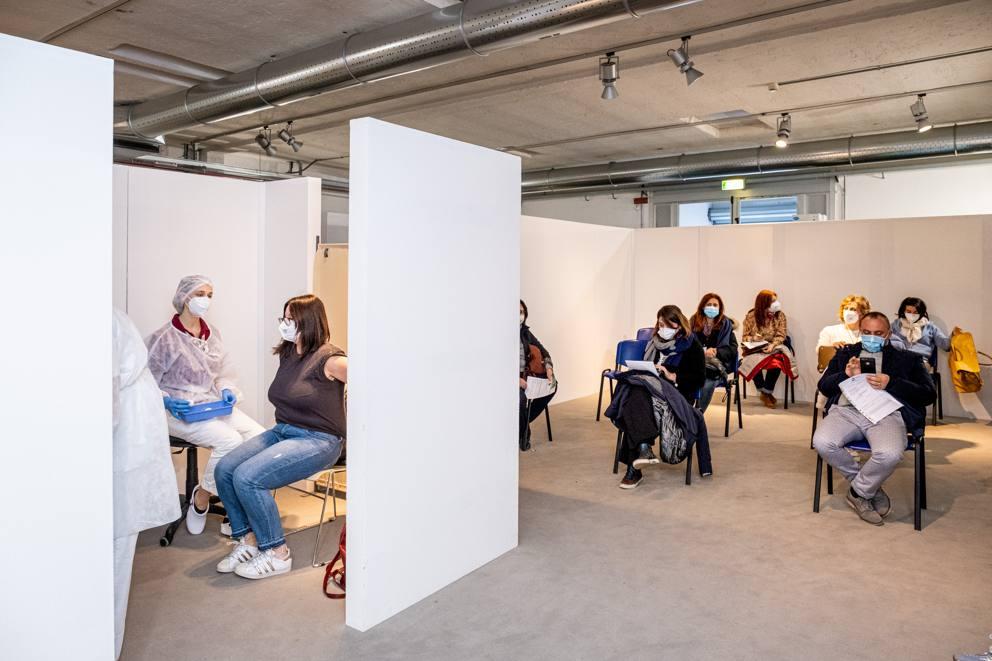 Insegnanti in attesa di essere vaccinati al Museo della Scienza e della Tecnica di Milano