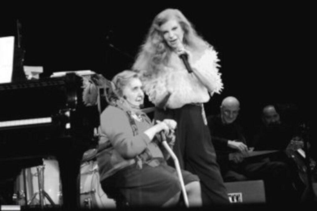 Milva e la poetessa Alda Merini durante la serata al Teatro Strehler di Milano del 2004