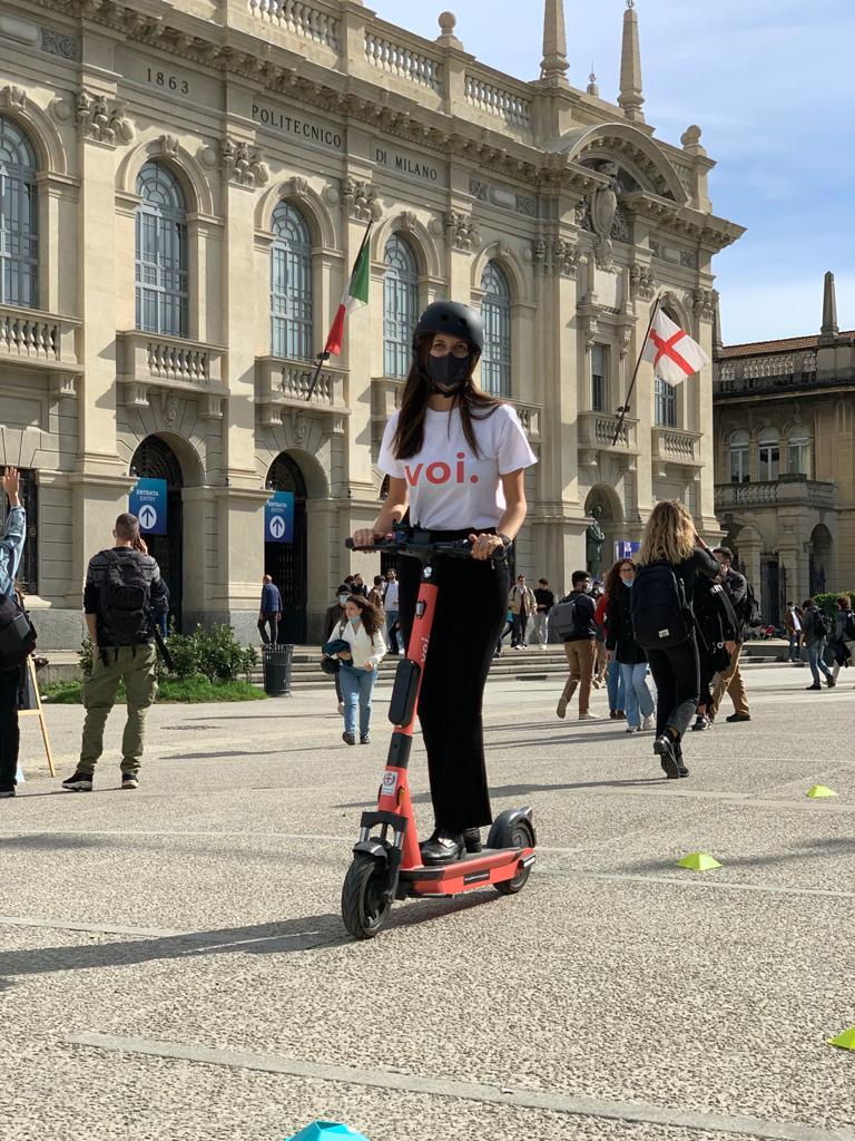 Monopattino Voi davanti al Politecnico di Milano