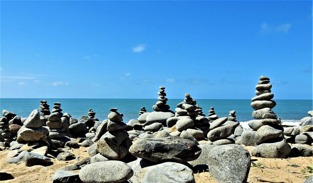 Pile di sassi in riva al mare