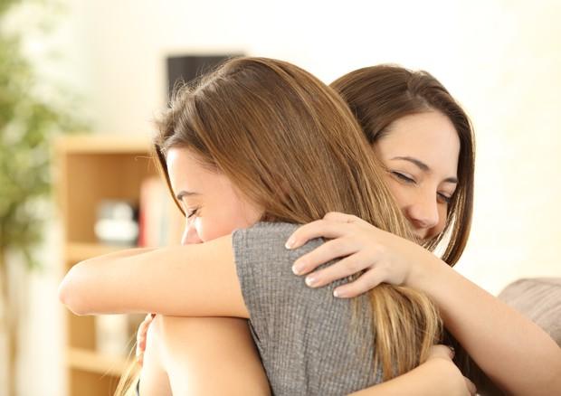 Ragazze che si abbracciano