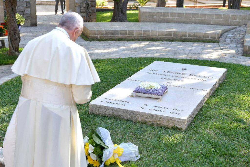 Papa Francesco prega sulla tomba di Don Tonino Bello ad Alessano durante la visita pastorale dell'aprile 2018